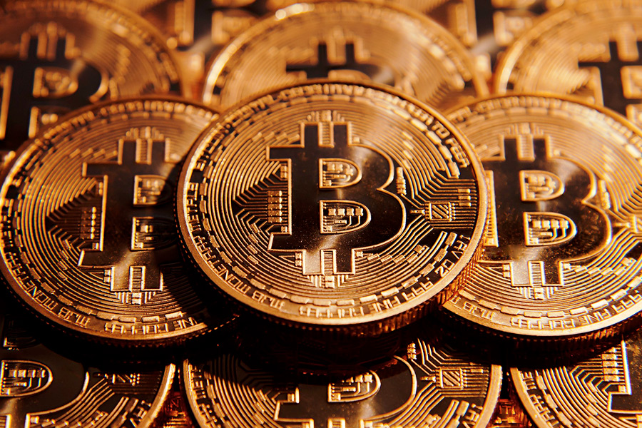 Самая популярная виртуальная валюта в мире — биткоин. Ее протокол был разработан человеком или группой людей под псевдонимом Сатоси Накамото. В 2008 году под авторством Накамото была опубликована статья Bitcoin: A Peer-to-Peer Electronic Cash System, в которой описывалась полностью децентрализованная система электронной наличности, не требующая доверия третьих сторон. В мае 2016 года австралиец Крейг Райт объявил, что именно он был создателем системы. Рыночная капитализация биткоина на данный момент составляет около $155,6 млрд. С начала августа 2017 она выросла более чем в 3 раза.