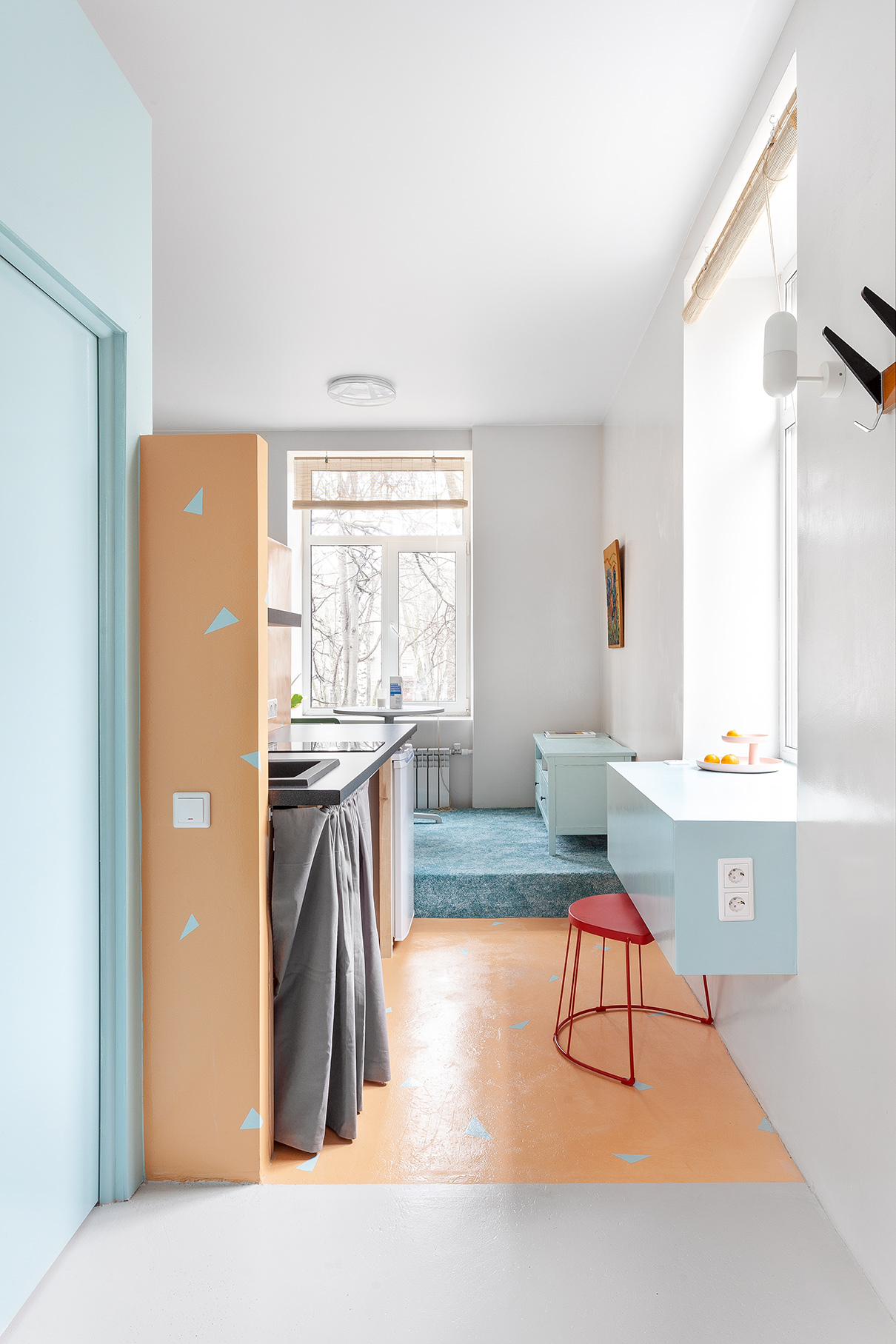 За счет перепада высот часть пространства находится на подиуме —таким образомкухня отделена от гостиной зоны