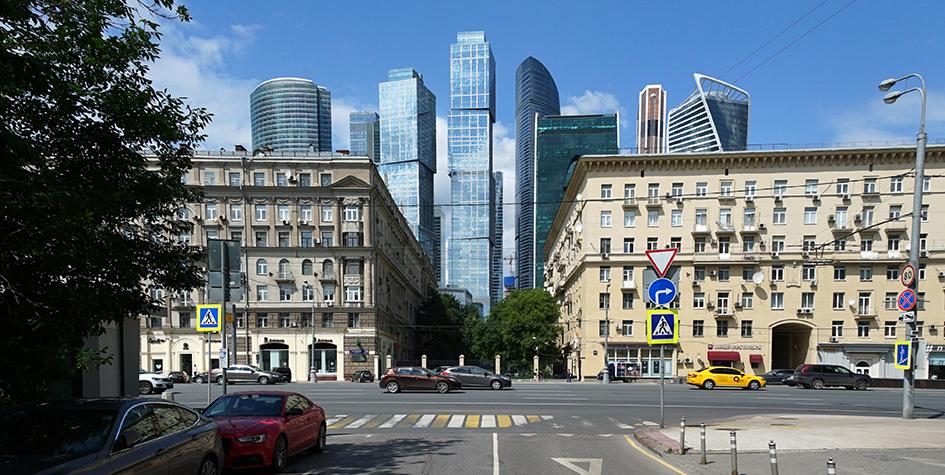 Вид на Кутузовский проспект и Московский международный деловой центр «Москва-Сити» с улицы Дунаевского