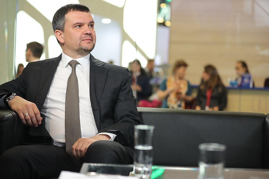 Акимов был назначен вице-премьером в мае 2018 года, в новом составе правительства он будет курировать вопросы связи, транспорта, информации и недвижимости. До назначения на пост замглавы кабмина Акимов работал в должности первого замглавы аппарата правительства, где курировал в том числе вопросы развития цифровой экономики.