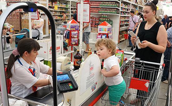 Покупатели у кассы гипермаркета «Ашан»