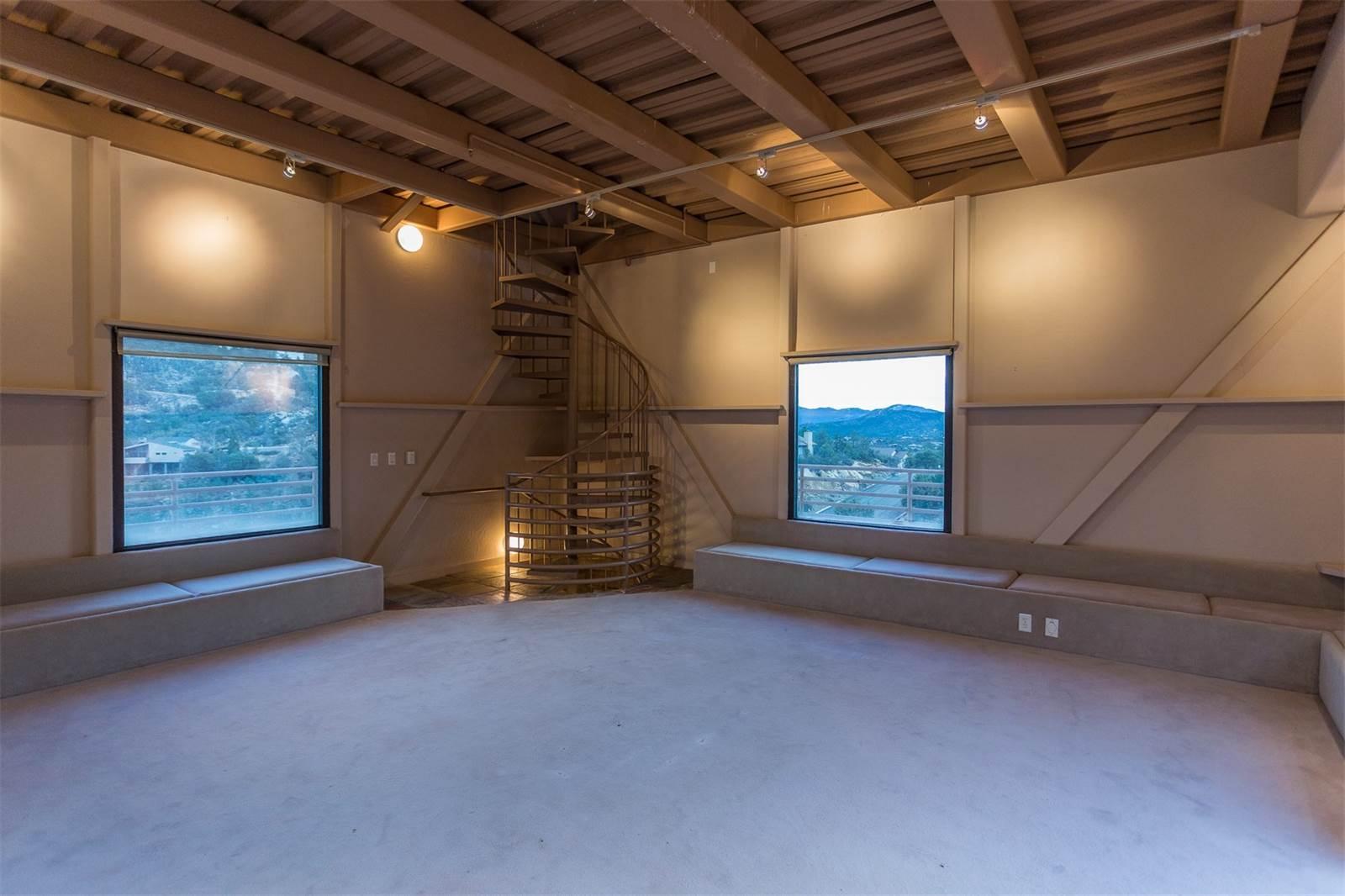 До главного зала гости могут подниматься налифте, анаверхние обзорные площадки можно подняться полестнице