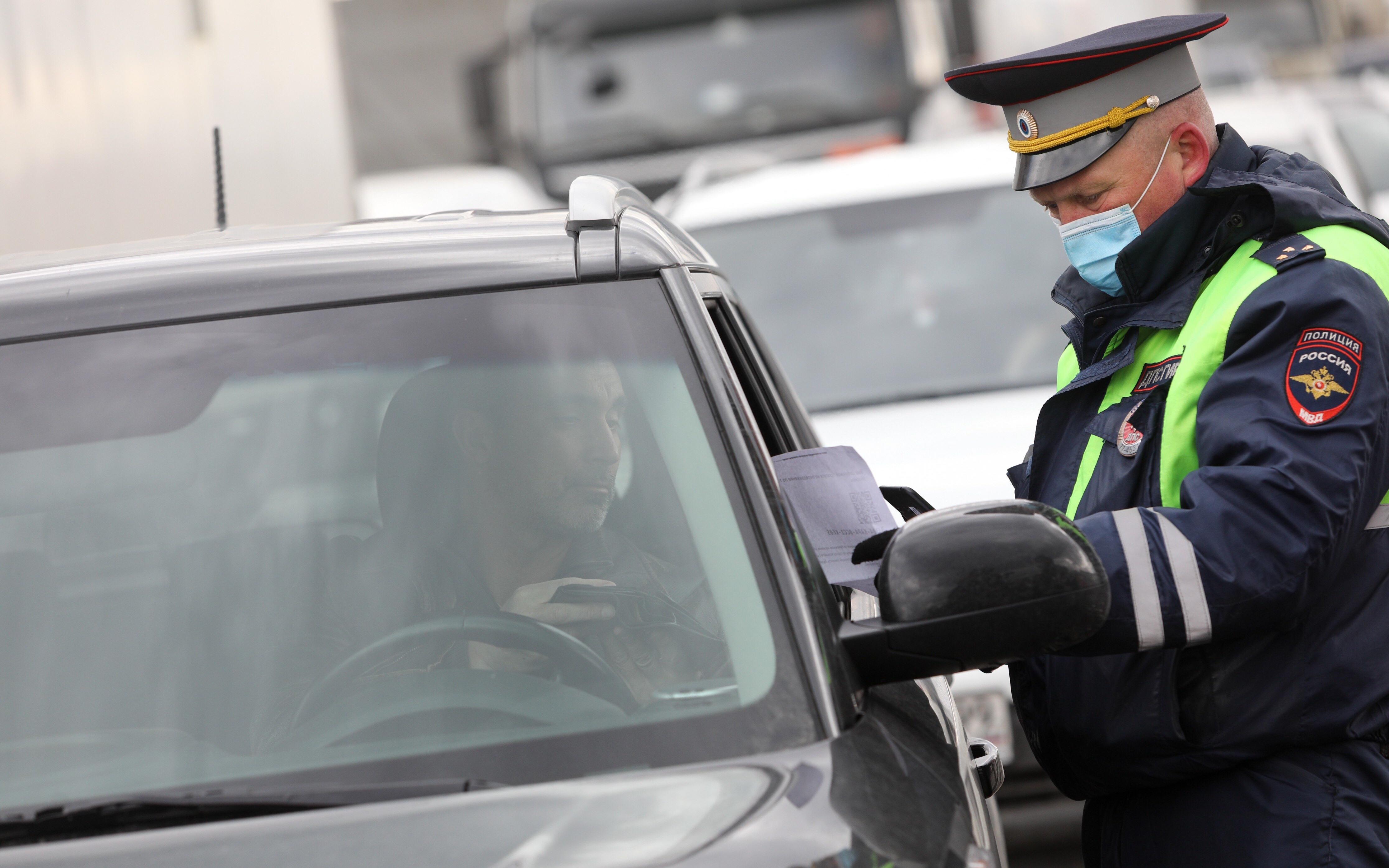 На въезде в квартал Патриарших прудов сотрудники ГИБДД проверяют у водителей прописку