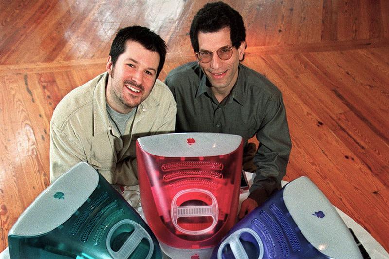 Дизайнер Джони Айв и инженер Джон Рубинштейн с первыми iMac, 1999 год