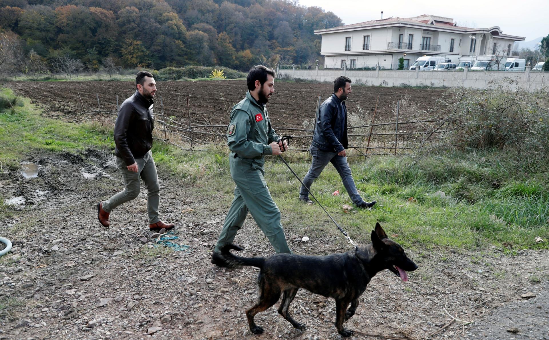 Турецкие полицейские, расследующие убийство Джамаля Хашкаджи, обследуют окрестности виллы в деревне Саманли в провинции Ялова