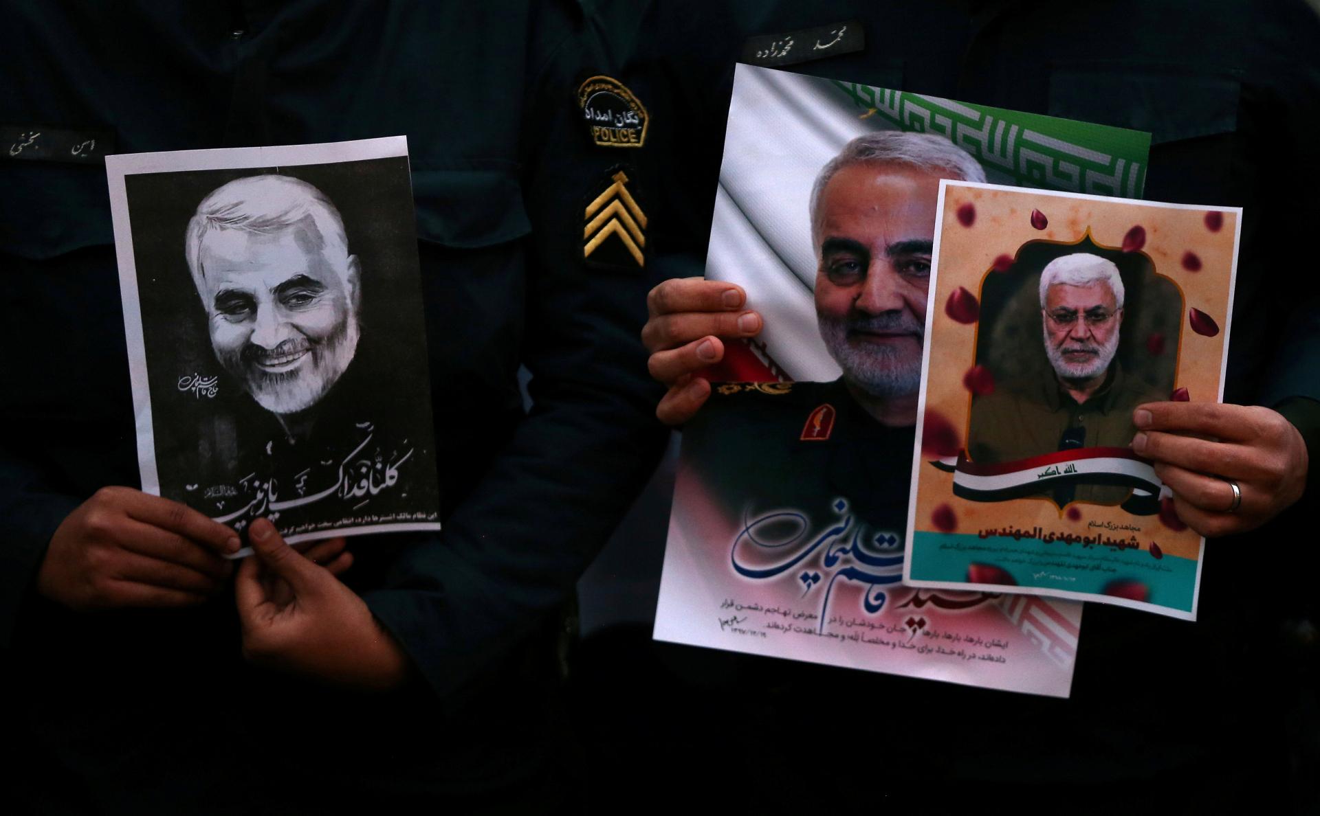 Иранцы с фотографиями убитого иранского генерала Касема Сулеймани