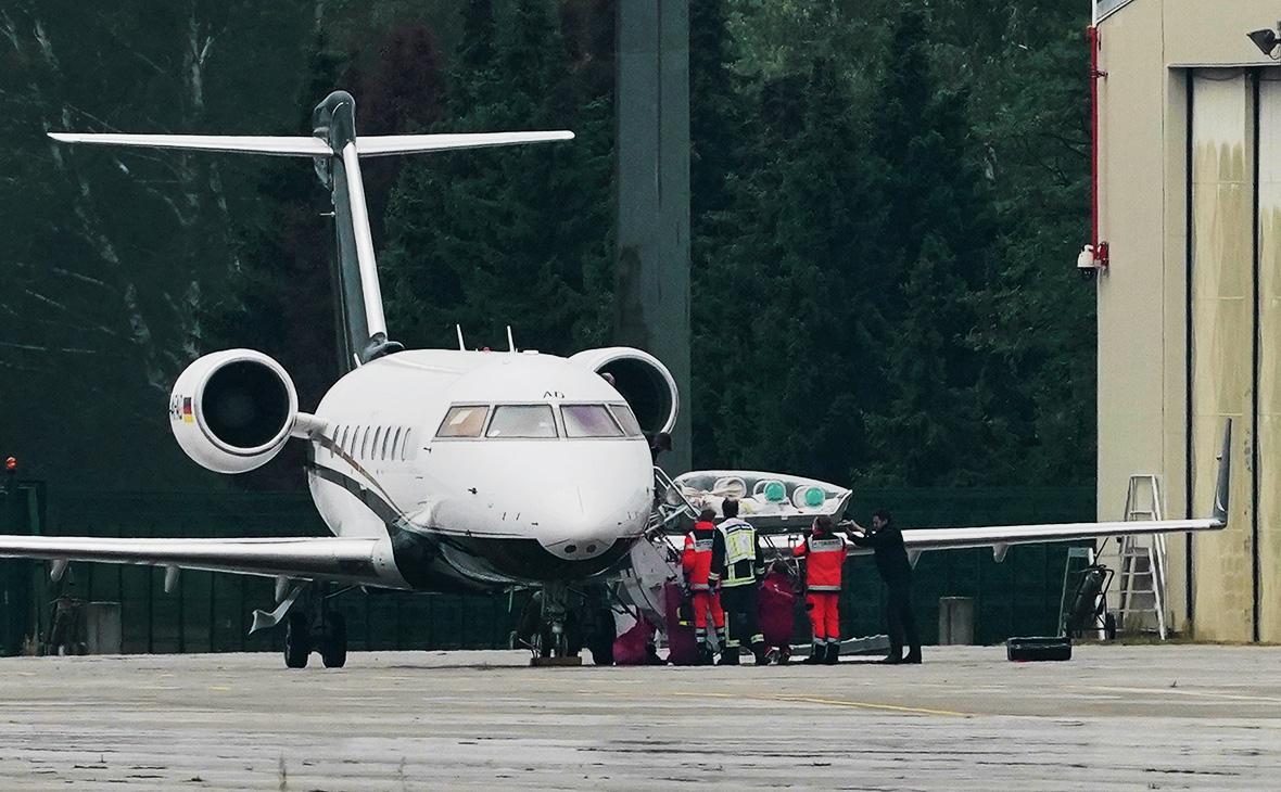Специальный медицинский самолет Bombardier Challenger 604 с Алексеем Навальным на борту во время прибытия в берлинский аэропорт