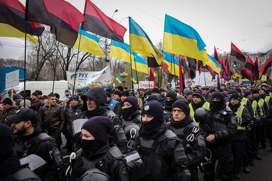 Участники марша в оцеплении полиции