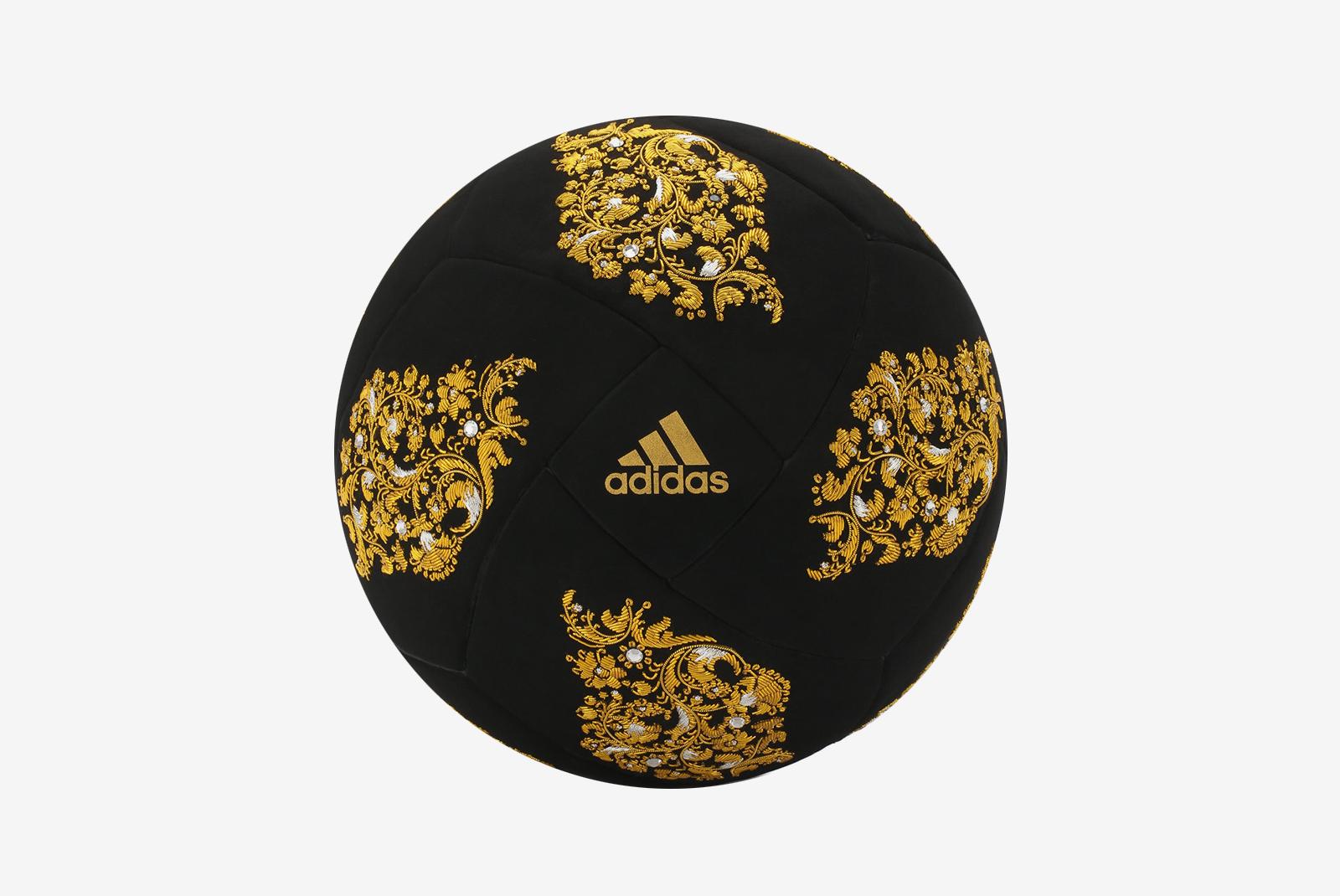 a1c7ec86ca78 Вишенка на торте — коллекционный футбольный мяч Deluxe Ball, созданный  adidas специально для московского ЦУМа. Аксессуар вручную расшит узорами  наподобие ...