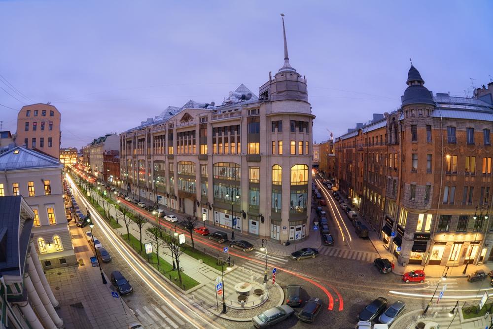 Крупнейший универсальный магазин Санкт-Петербурга, более известный как Дом ленинградской торговли (ДЛТ). Расположен на Большой Конюшенной улице, дом 21-23. Один из первых универмагов России, открытый в 1908г.