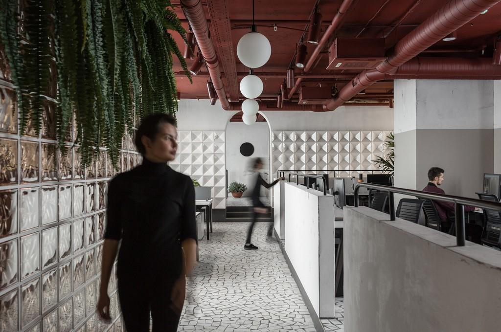 Потолок с открытыми коммуникациямивыкрашен вкрасный цвет и декорировансферическими лампами, которые соединяютдве основные рабочие зоны вединое пространство