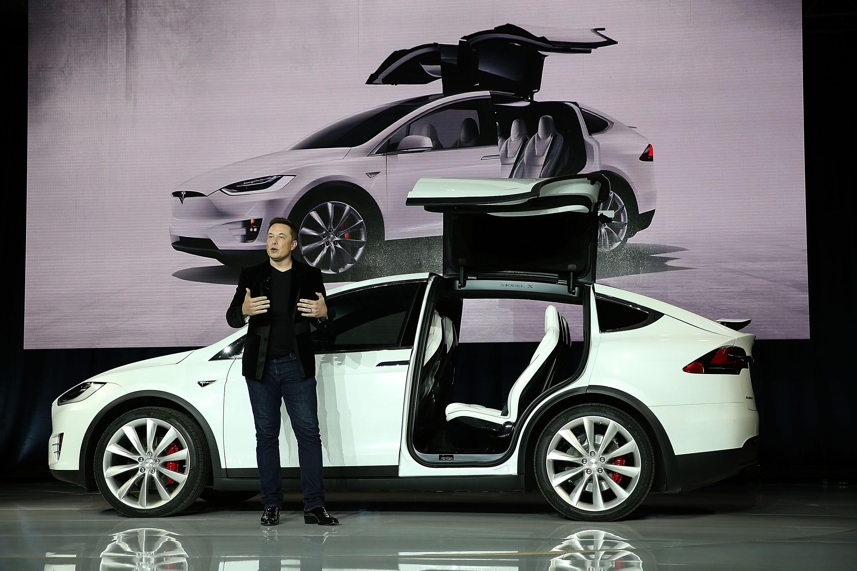 Генеральный директор Tesla Илон Маск выступает во время мероприятия по запуску нового кроссовера Tesla Model X SUV 29 сентября 2015 года во Фримонте, штат Калифорния.