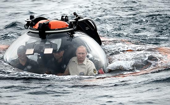 Президент России Владимир Путин погружается на батискафе на дно Черного моря