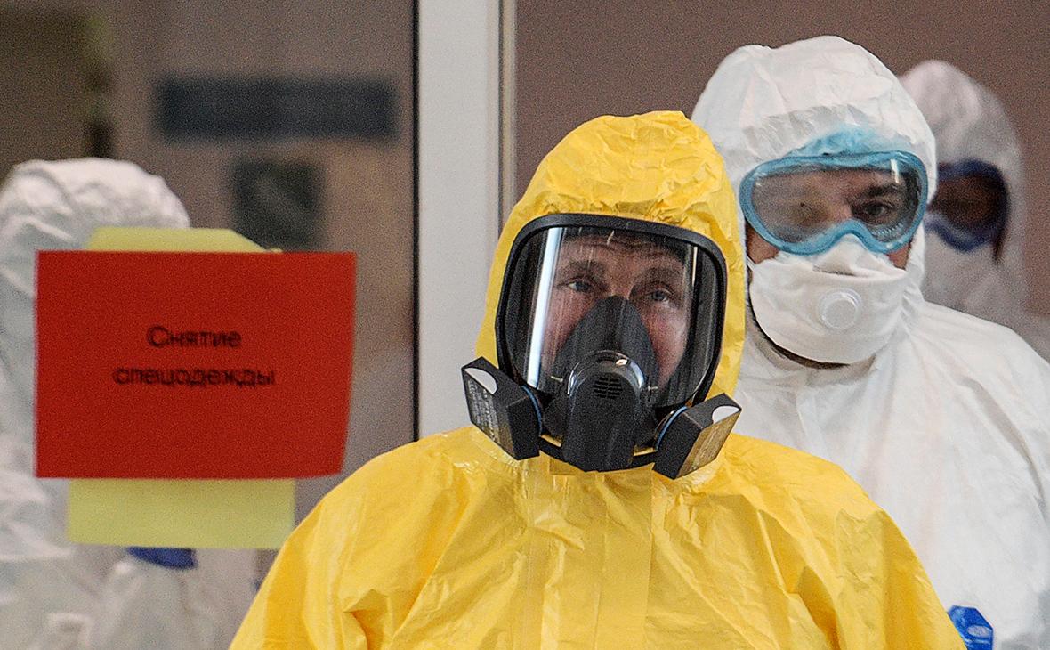 Владимир Путин во время посещения многопрофильного медицинского центра «Новомосковский», куда госпитализируют пациентов с подозрением на коронавирус COVID-19