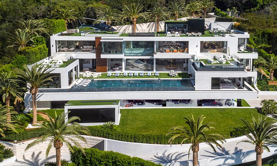 Стоимость: $250 млн  Самый дорогой в США особняк Bel-Air находится в штате Калифорния. Его суммарная площадь составляет больше 5 тыс. кв. м, на которых расположились 12 спален и 21 ванная, 10 VIP-приемных, пять баров, студия массажа, спа, фитнес-центр, 26-метровый стеклянный бассейн, четыре дорожки для боулинга, более 100 собранных со всего мира предметов искусства, два погреба с вином и шампанским, автовыставка стоимостью больше $30 млн и 4К-кинотеатр на 40 мест. С участка открывается красивый вид на океан и Лос-Анджелес