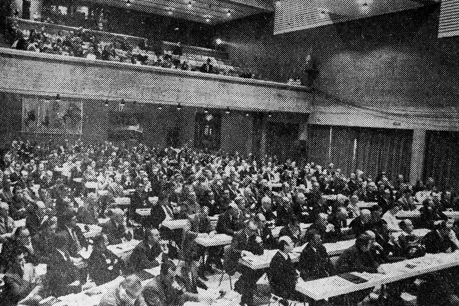 Первый форум прошел в 1971 году. В нем участвовали только страны Европы, представители которых обсуждали возможность улучшения связей между компаниями и их акционерами и контрагентами. Онназывался Европейский симпозиум по менеджменту.  Форум-1972 был посвящен расширению ЕС с шести до девяти стран (к союзуприсоединились Дания, Ирландия и Великобритания).