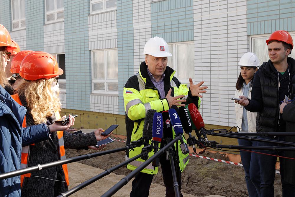 Глава столичного Стройкомплекса Андрей Бочкарев дает интервью во время осмотра строительной площадки новой инфекционной больницы для пациентов с подозрением на коронавирус в Новой Москве