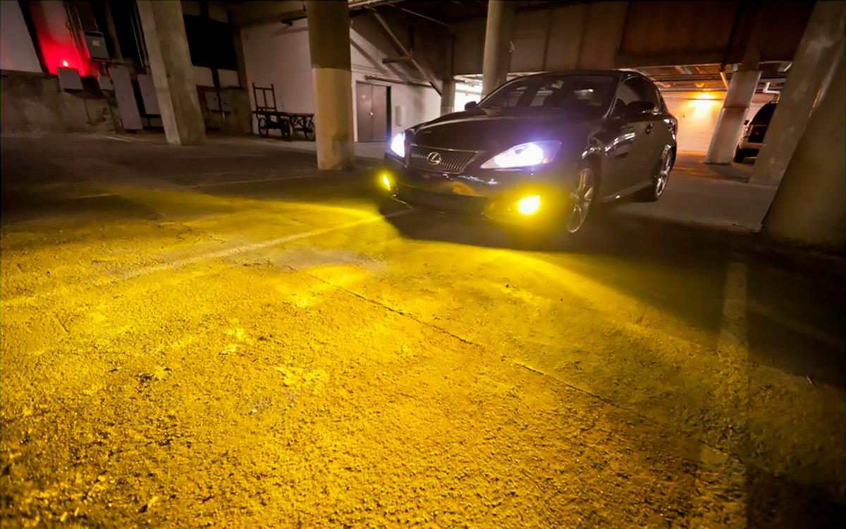 <p>Без разрешения запрещается устанавливать ксеноновые лампы взамен галогеновых. Инспекторы ГИБДД могут оштрафовать водителей таких автомобилей на 500 руб.</p>