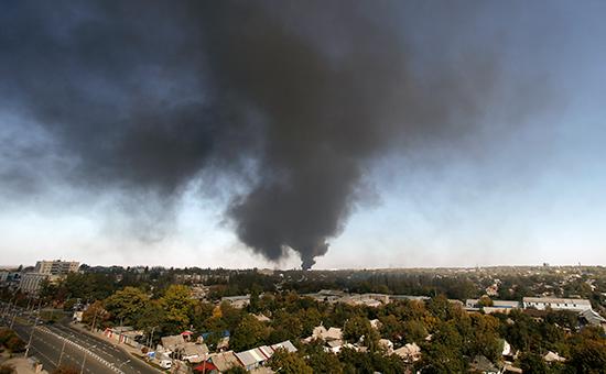 Дым поднимается после обстрела рядом с аэропортом в городе Донецке, на востоке Украины, в четверг, 2 октября 2014 года