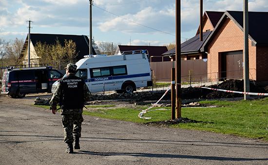 Работа криминалистов наместе убийства полицейского иего семьи вселе Ивашевка, 24 апреля 2016 года