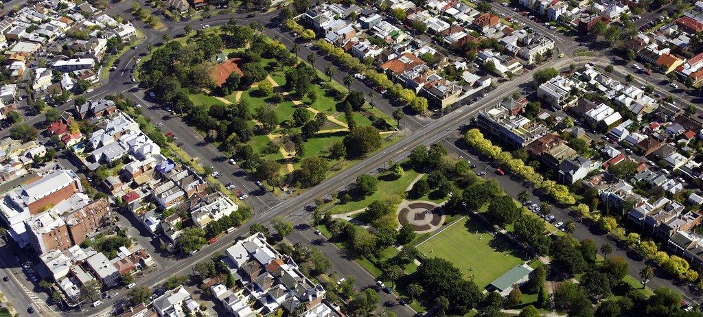 Мельбурн свысоты птичьего полета. Город известен благодарясвоим паркам, трамваям ипрогулочным зонам. Программа реновации избавит Мельбурн отстарых типовых домов