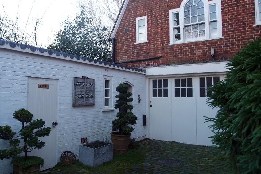 Дверь слева ведет во флигель (надстройка из красного кирпича над гаражом). В нем могут остановиться гости или проживать обслуживающий персонал.
