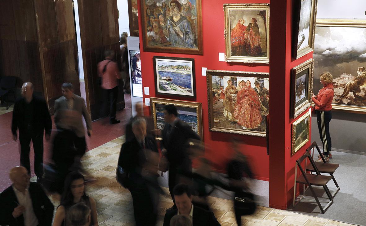 Посетители в залах ЦДХ на Крымском Валу