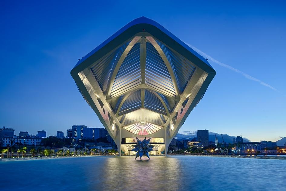 Знаменитому испанскому архитектору Сантьяго Калатраве, который спроектировал здание, пришлось вытянуть музей по горизонтали, чтобы не превысить максимально возможную высоту в 18 м. Такой лимит установило ЮНЕСКО, так как ни одна новая постройка не должнанарушать вид на бухту из находящегося под охраной ООН аббатства Сан-Бенто, которое расположено по соседству