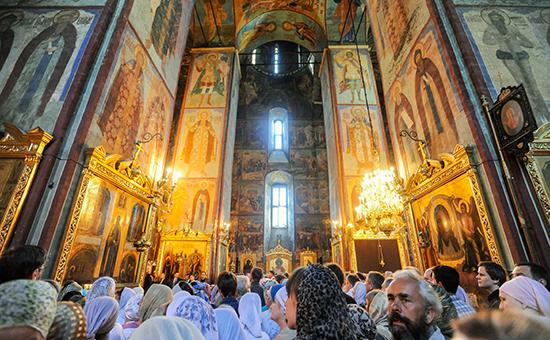 Верующие в Успенском соборе Свято-Троицкой Сергиевой лавры
