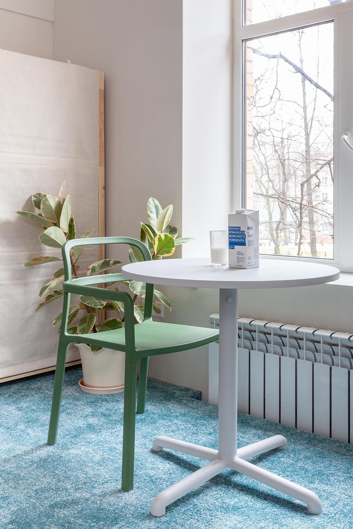 Несмотряна столь маленькую площадь, в квартире есть все необходимое, а за счет зонирования не создается ощущение нахождения в одной комнате