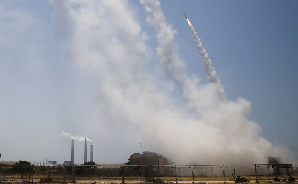 Израильская система противоракетной обороны «Железный купол» в действии против ракеты, выпущенной из сектора Газа, в городе Ашкелон, Израиль