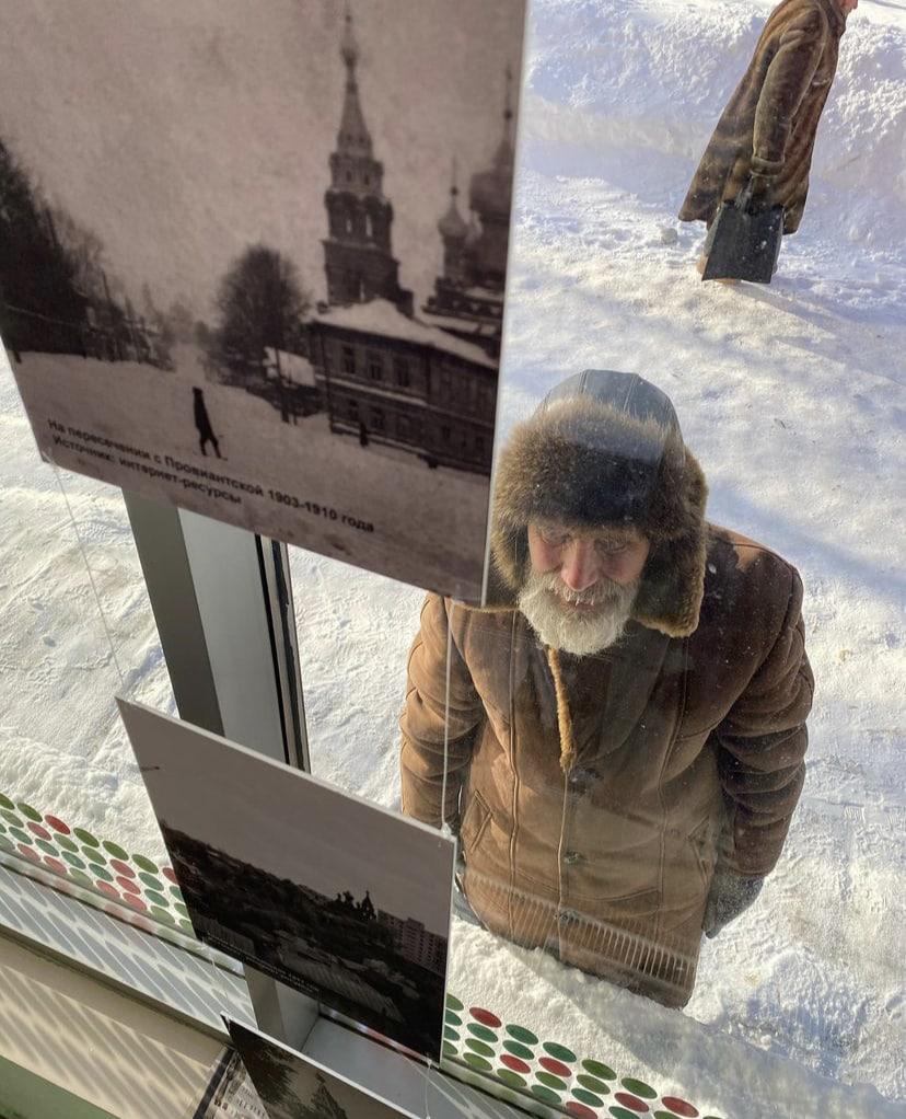 Краеведческая выставка на фасаде магазина в Нижнем Новгороде