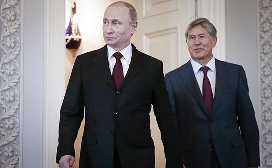 Президент России Владимир Путин и президент Киргизии Алмазбек Атамбаев (слева направо) во время встречи в Санкт-Петербурге