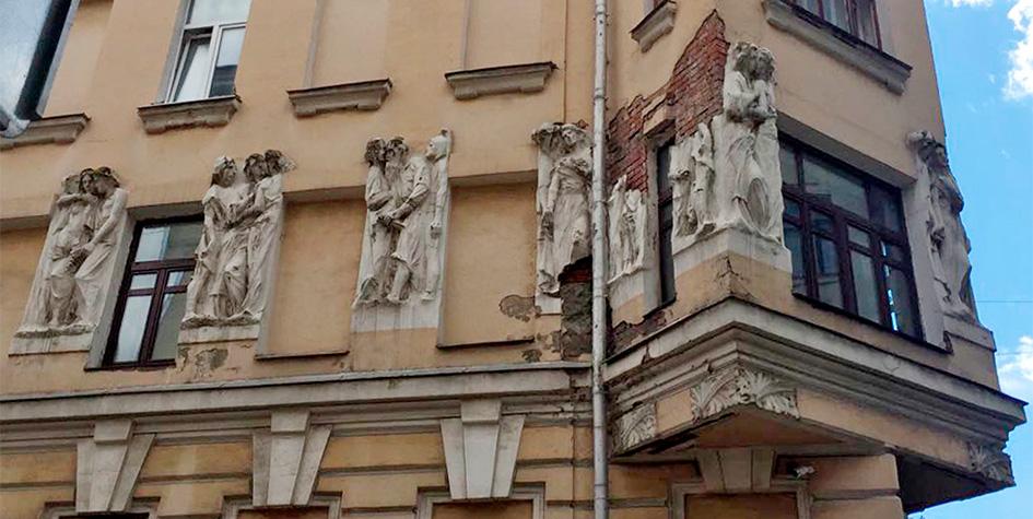 Фасады дома на углу Плотникова и Малого Могильцевского переулков