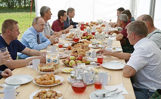 Утро четверга президент начал сзавтрака смеханизаторами вТверской области. А в12 часов стало известно осамых масштабных перестановках вовласти запоследние годы