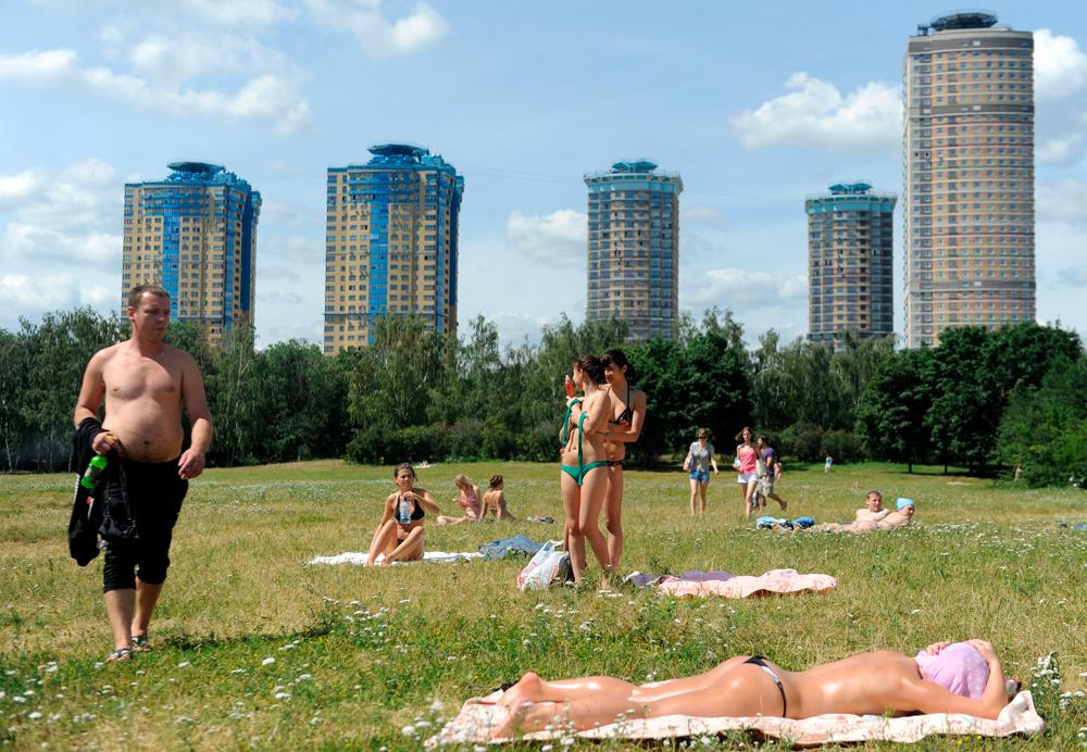 Отдыхающие на городском пляже в Строгине