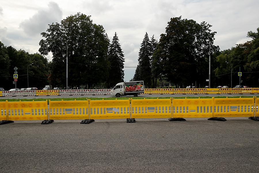 Университетский проспект, участок между проспектом Вернадского и Ленинским проспектом. Июль 2019 года, перед плановым ремонтом