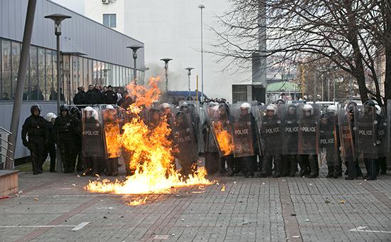 Полиция у здания правительства Косово в Приштине