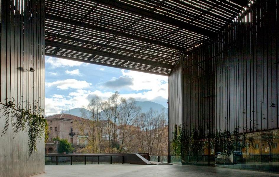 Архитекторы решили превратить ее в площадь, от которой отходит пешеходная дорожка, соединяющая театр с городом. Отсюда открывается вид на реку Тер и старые кварталы Риполя