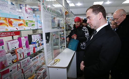 Премьер-министр РФ Дмитрий Медведев и глава Республики Башкортостан Рустэм Хамитов (справа) в аптеке г. Уфы