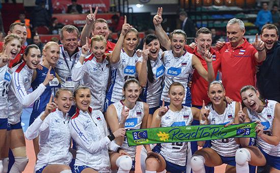 Игроки и тренеры сборной России радуются победе в финальном матче отборочного турнира по волейболу среди женщин к Олимпийским играм 2016 года между сборными командами России и Нидерландов
