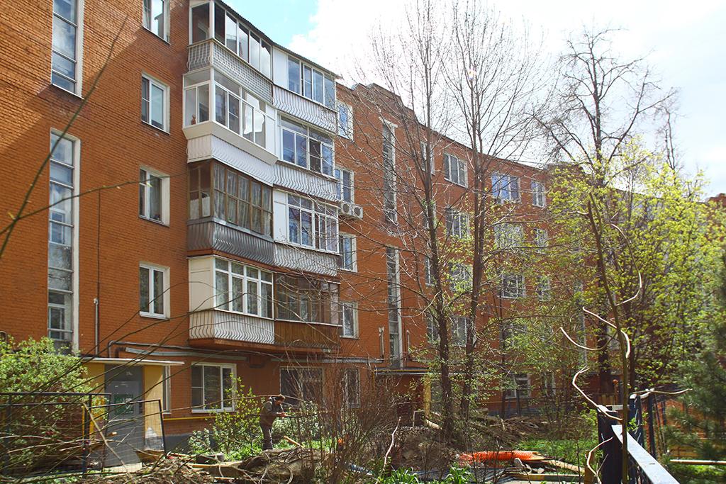 Полукруглый дом  В советские годы четырехэтажную кирпичную постройку вформе полукруга надстроили допяти этажей  На фото: жилой дом поулице Толбухина
