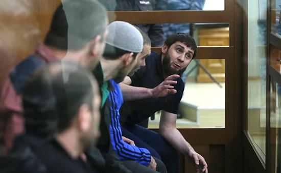Обвиняемые в убийстве политикаБориса Немцова на скамье подсудимыхМосковского окружного военного суда.3 октября 2016 года