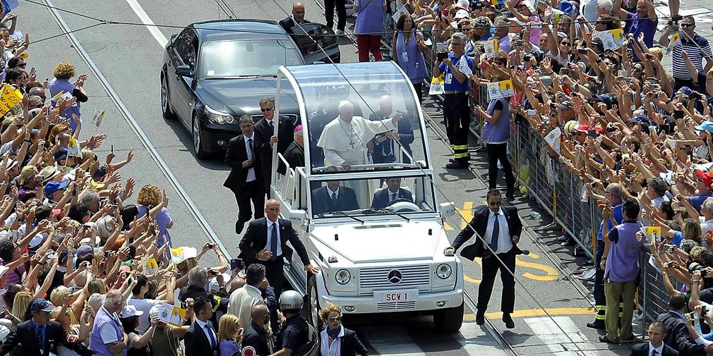 Среди заказчиков специальная версий G-Class были и Папы Римские. В 1980 г. немецкий производитель создал папамобиль на базе Mercedes-Benz G-Class. Длиннобазный Mercedes-Benz 230 G (серия W460) снабдили съемным прозрачным куполом из пластика. Внутри был расположен кондиционер, не дававший куполу запотевать, и мощная подсветка. В 2007 г. был сделан еще один «Гелендваген» для встреч с верующими, но уже полностью открытый.