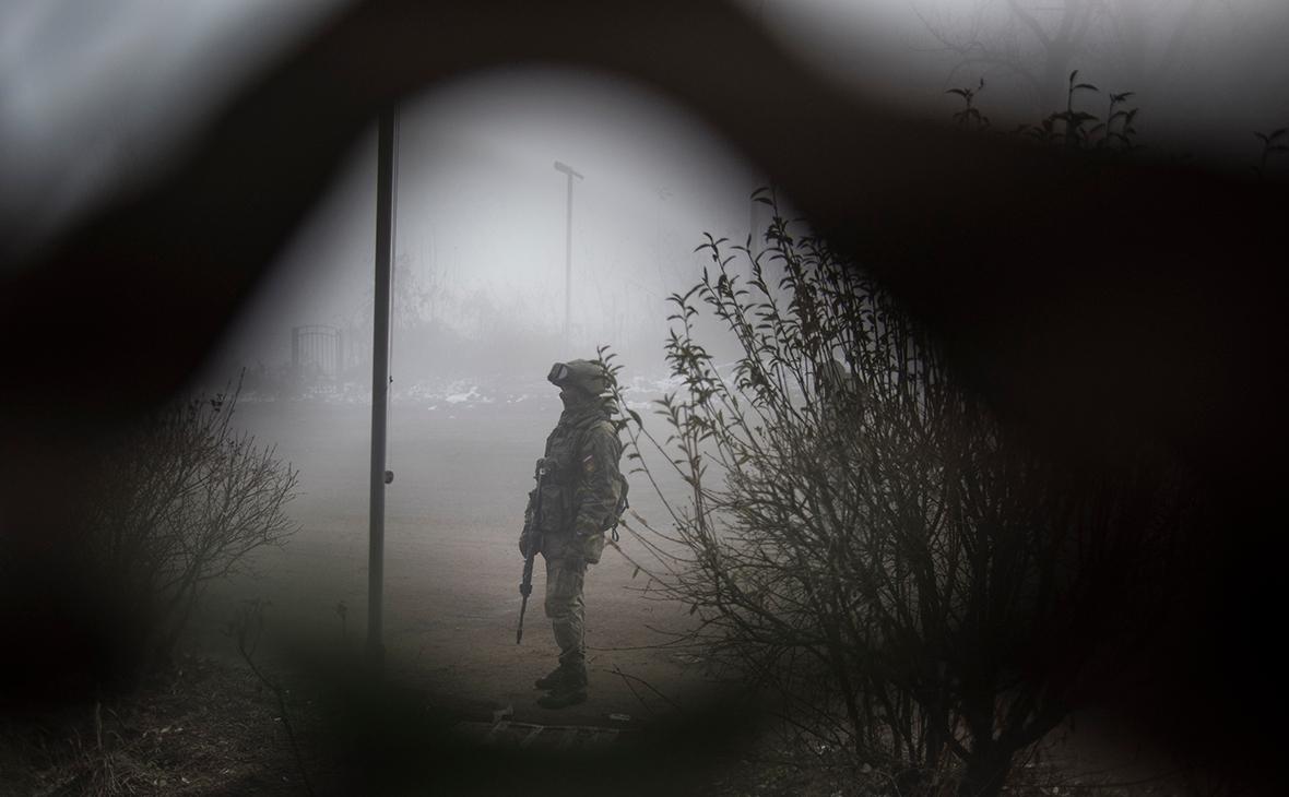 Российский миротворец на въезде в город Шуша на дороге из Степанакерта в Лачин