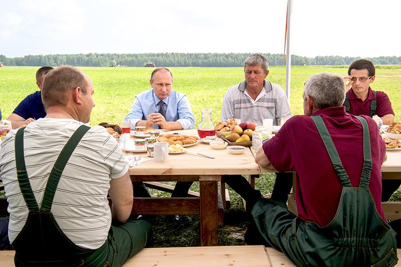 Утро четверга президент начал с завтрака с механизаторами в Тверской области. А в 12 часов стало известно о самых масштабных перестановках во власти за последние годы