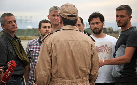 Спасенный летчик Су-24 Воздушно-космических сил России капитан Константин Мурахтин (в центре) отвечает навопросы журналистов наавиабазе Хмеймим всирийской Латакии