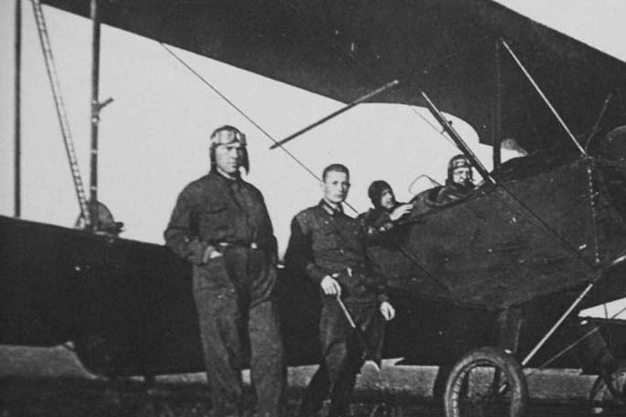 Поликарпов (в очках) стоит у крыла самолета У-2