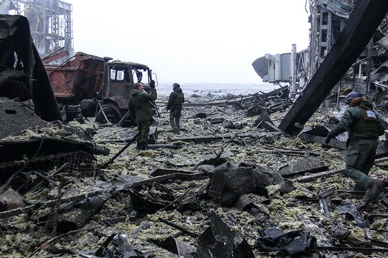 Ополченцы ДНР в разрушенном здании аэропорта Донецка.