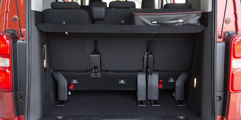 Для увеличения багажного отсека третий ряд можно сдвинуть на салазках. Места для хранения багажной полки, увы, не предусмотрено.
